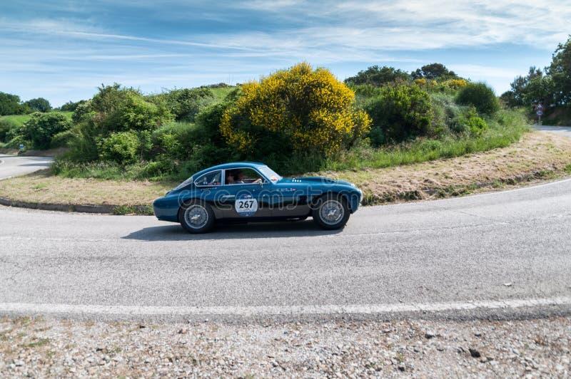 PESARO COLLE SAN BARTOLO, ITALIEN - MAJ 17 - 2018: ZAGATO FIAT 8V 1952 på en gammal tävlings- bil samlar in Mille Miglia 2018 det royaltyfri fotografi