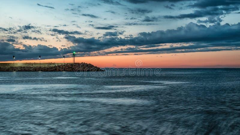Pesaro, Italië Mei 2017 - zonsondergang bij de haven met vuurtoren stock fotografie