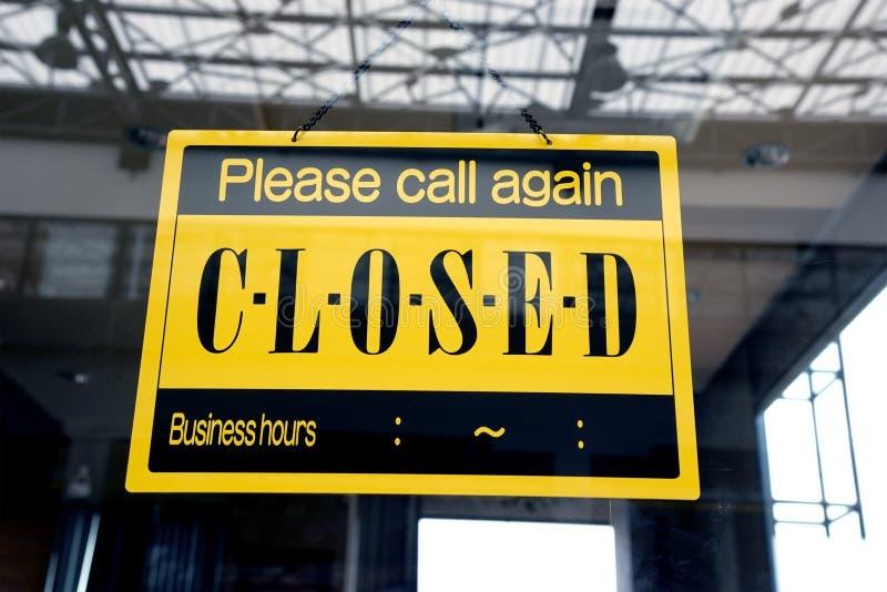 Pesaroso nós somos sinal fechado que pendura em uma porta da janela fora de um restaurante, armazenamos fotos de stock