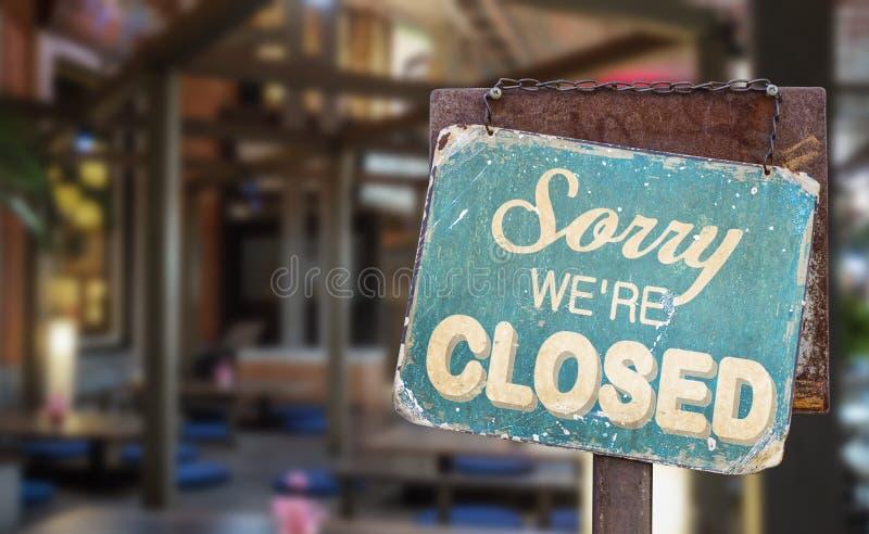 Pesaroso nós somos sinal fechado que penduram fora de um restaurante, loja, escritório ou outro fotos de stock