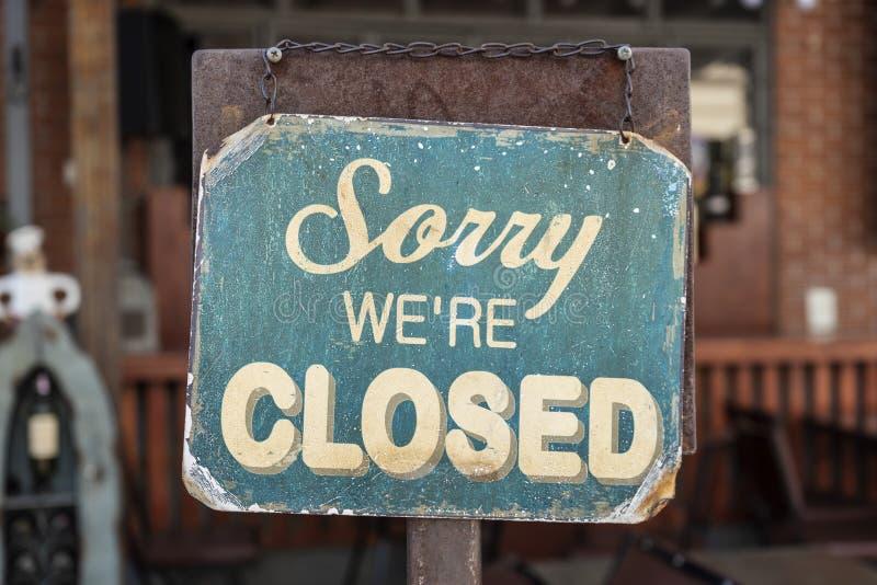 Pesaroso nós somos sinal fechado que penduram fora de um restaurante, loja, escritório ou outro foto de stock