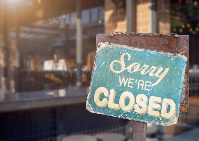 Pesaroso nós somos sinal fechado que penduram fora de um restaurante, loja, escritório ou outro imagem de stock royalty free