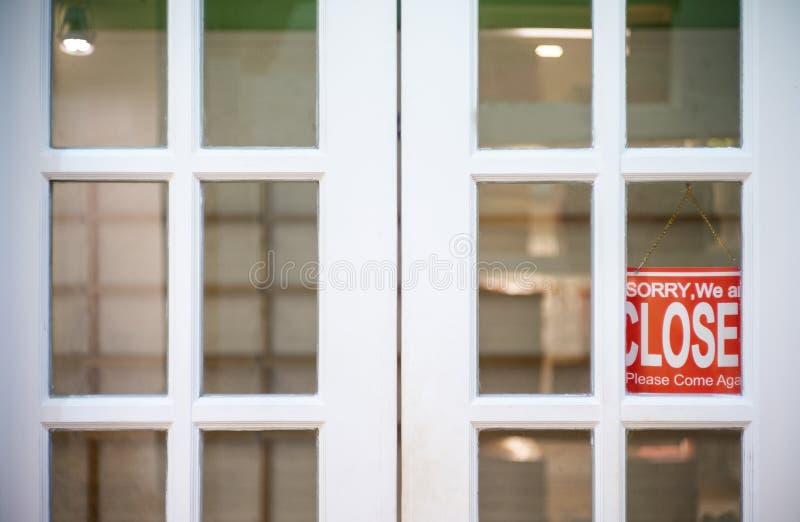 Pesaroso n?s somos sinal fechado que pendura fora de um restaurante, loja, foto de stock royalty free