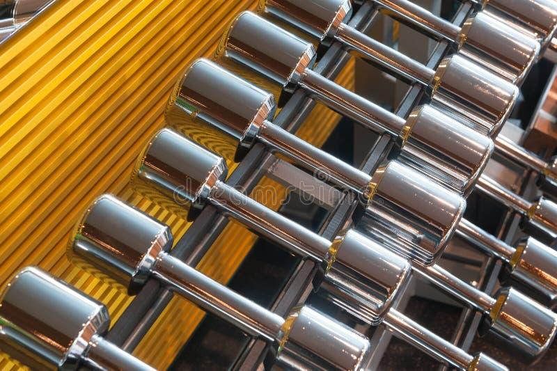 Pesas de gimnasia del metal en un soporte fotografía de archivo libre de regalías