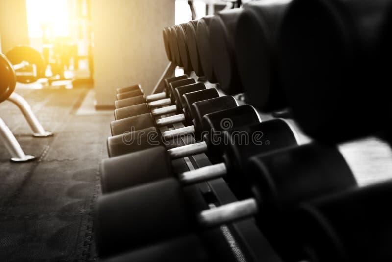 Pesas de gimnasia del metal que mienten en el club de fitness del gimnasio imagen de archivo libre de regalías