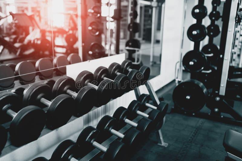 Pesas de gimnasia del metal que mienten en el club de fitness del gimnasio fotografía de archivo libre de regalías