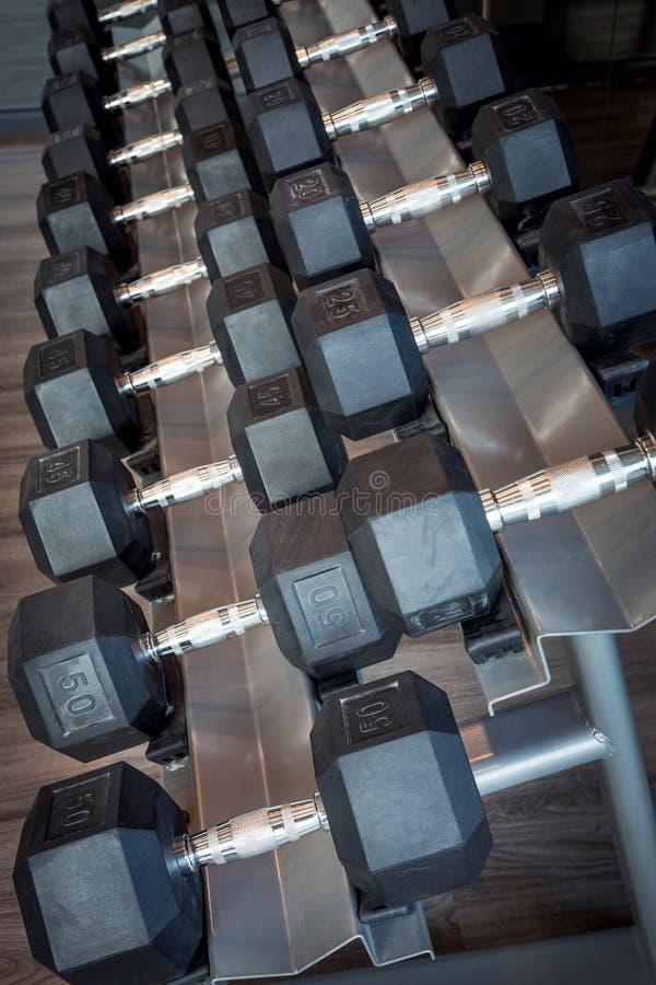 Pesas de gimnasia de diversos tamaños imagen de archivo libre de regalías