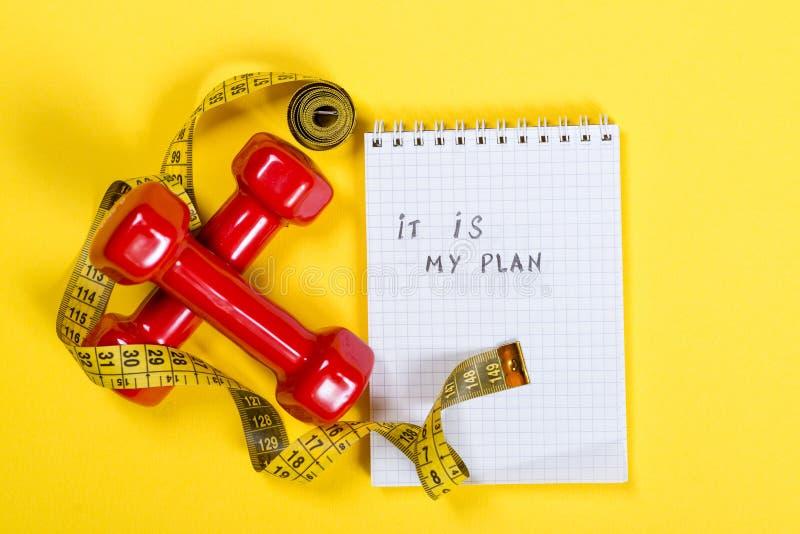 Pesas de gimnasia rojas y cinta métrica y texto - es mi plan en el papel Concepto sano de la forma de vida imágenes de archivo libres de regalías
