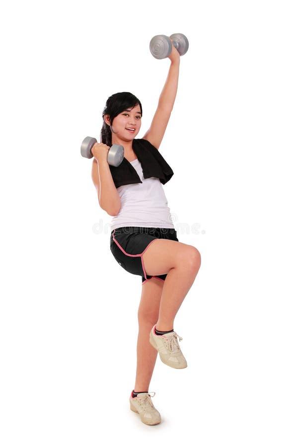 Pesas de gimnasia y pierna de elevación - cuerpo completo foto de archivo libre de regalías