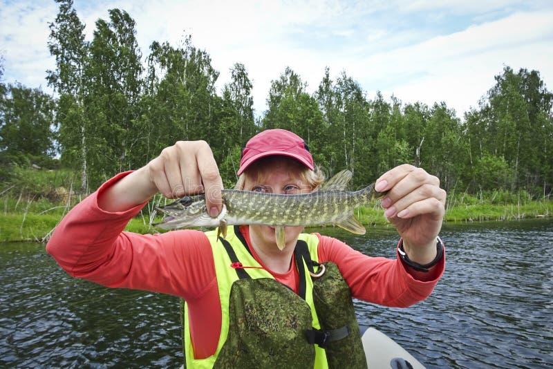 A pesca é uma grande captura Peixes travados nas mãos de um pescador feliz fotografia de stock