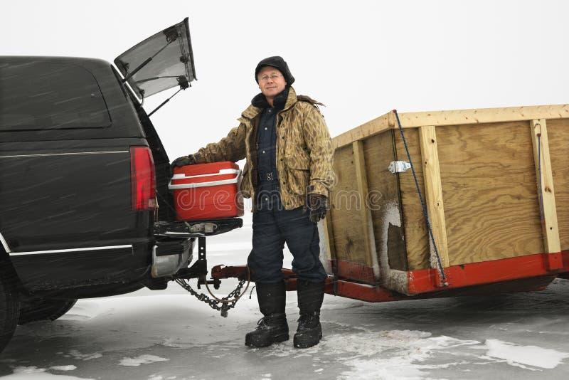 Pesca andante del ghiaccio dell'uomo. immagini stock
