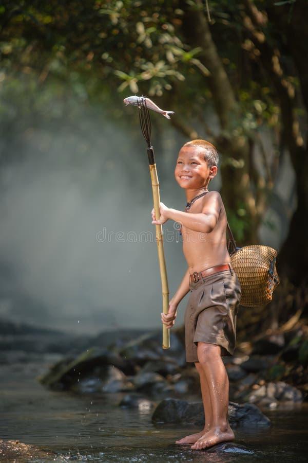 Pesca asiática do menino fotos de stock