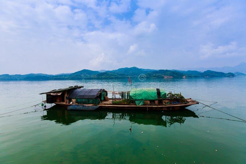 Pesca-barco no rio foto de stock royalty free