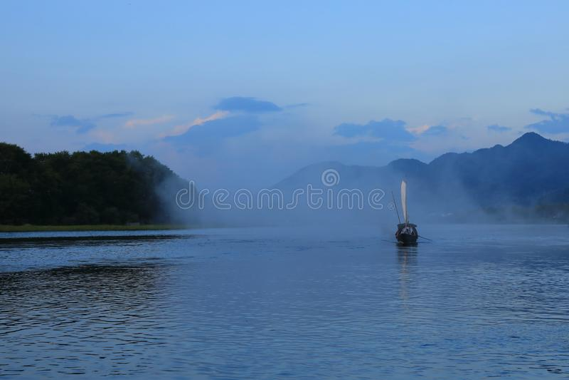 Pesca-barco no rio na cidade guyan da pintura, lishui, Zhejiang imagens de stock royalty free