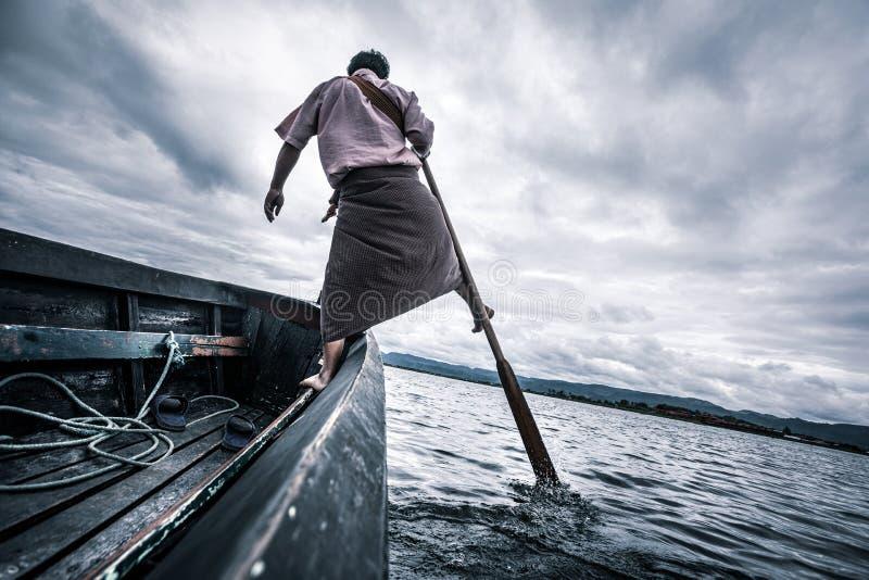 Pesca birmana che pratica la pesca nel Lago Inle in Myanmar immagini stock libere da diritti