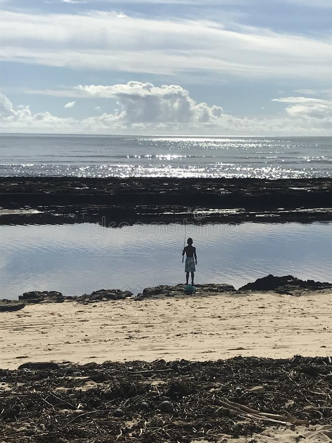 Pesca brasiliana del ragazzo al pomeriggio fotografia stock