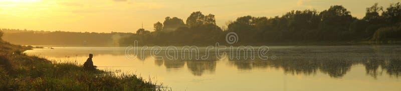 Pesca cedo na manhã imagens de stock