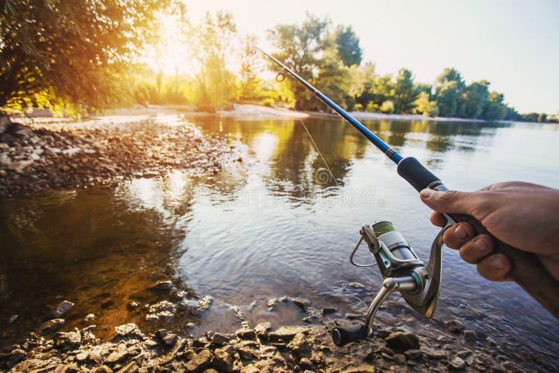 Pesca com a haste no lago imagem de stock royalty free