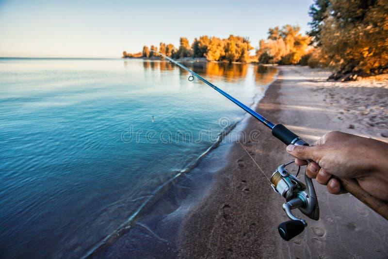 Pesca com a haste no lago imagens de stock