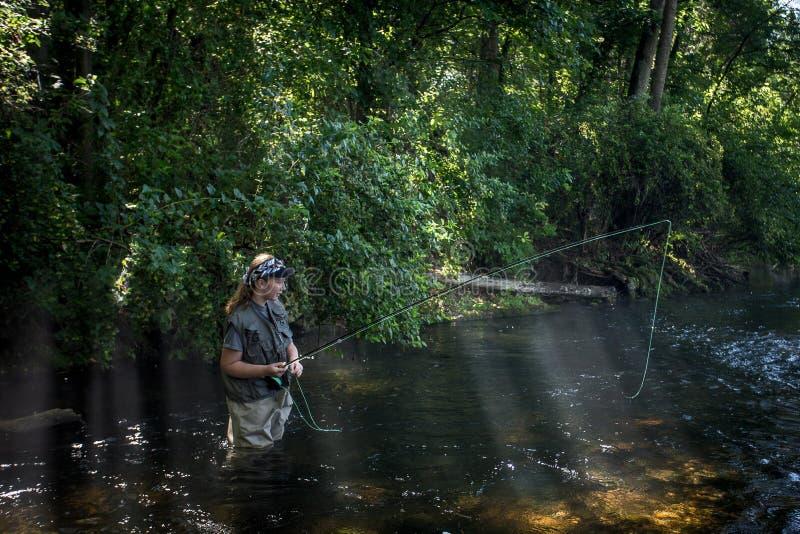 Pesca com mosca do adolescente imagens de stock royalty free