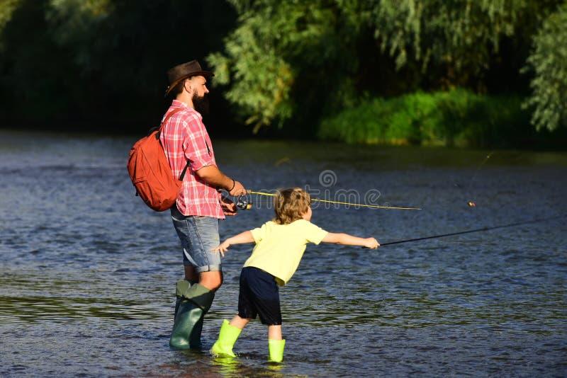 Pesca con i figli - Tempo familiare unito. Angler. Adoro i nostri momenti in campagna - ricorda il tempo. Padre fotografia stock libera da diritti