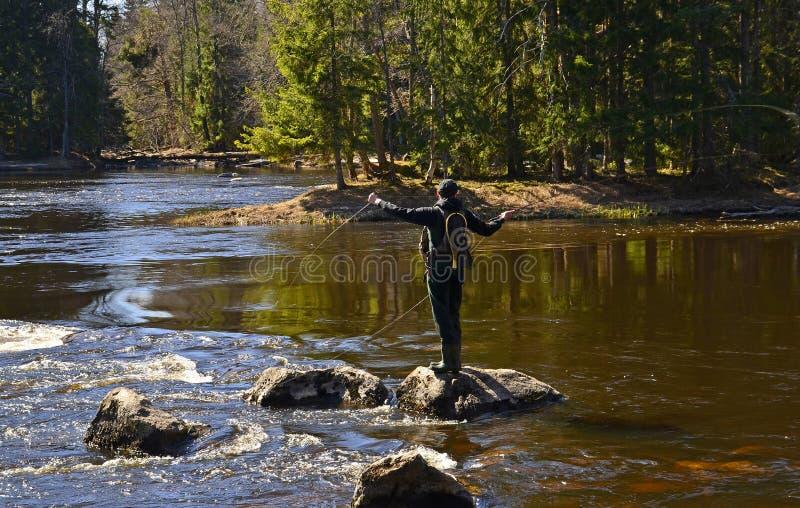 Pesca con la mosca su una roccia fotografia stock libera da diritti