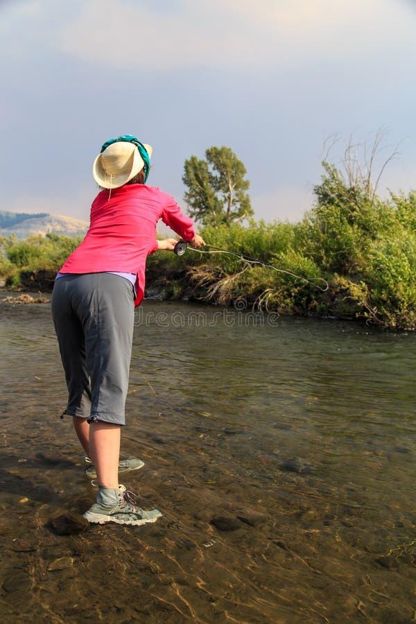 Pesca con mosca de la mujer foto de archivo libre de regalías