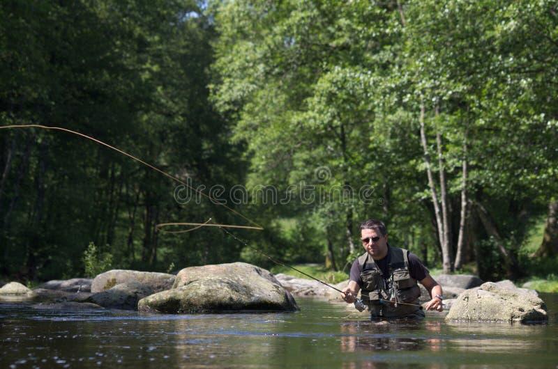 Pesca con mosca, escena de lanzamiento imagenes de archivo
