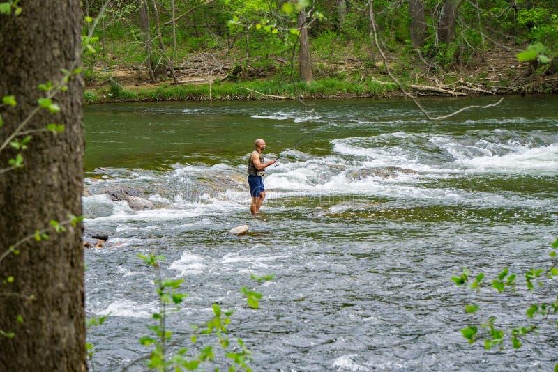 Pesca de Fishman para el bajo en los rápidos del río de Roanoke fotos de archivo
