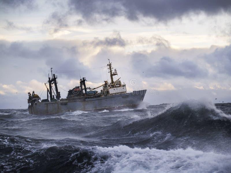 Pesca de la nave en tormenta fuerte. imagenes de archivo