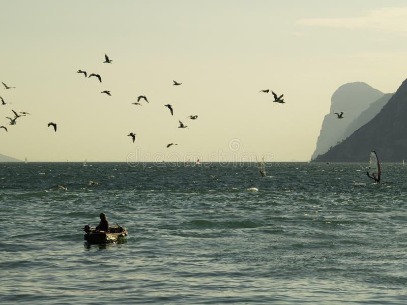Pesca de lago Garda foto de stock royalty free