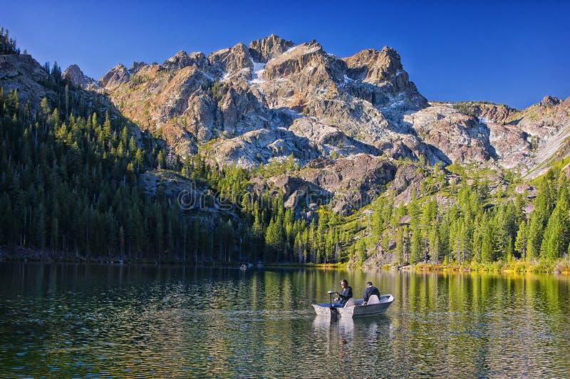 Pesca de lago mountain, California imagen de archivo libre de regalías