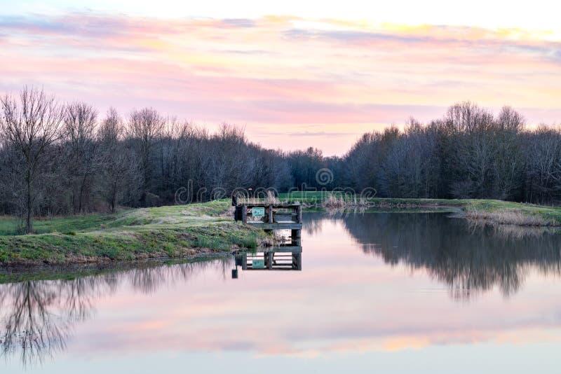 Pesca de lago vacía Pier Sunset fotos de archivo libres de regalías