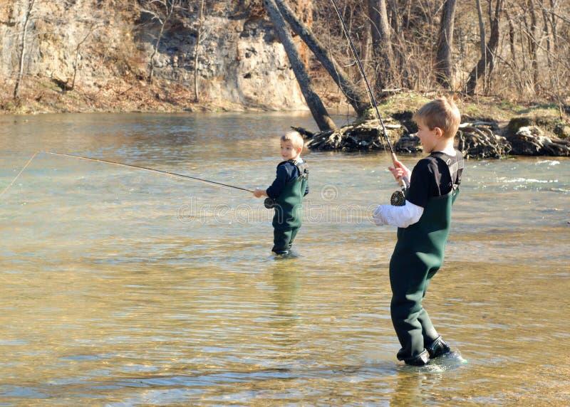 Pesca de los niños fotografía de archivo