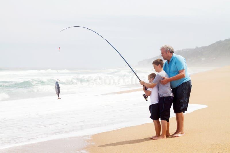 Pesca de los nietos del Grandpa imagen de archivo
