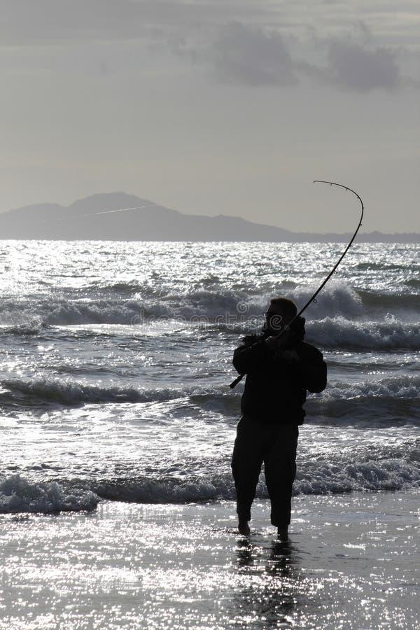 Pesca de mar da praia em Harlech, Wales imagem de stock