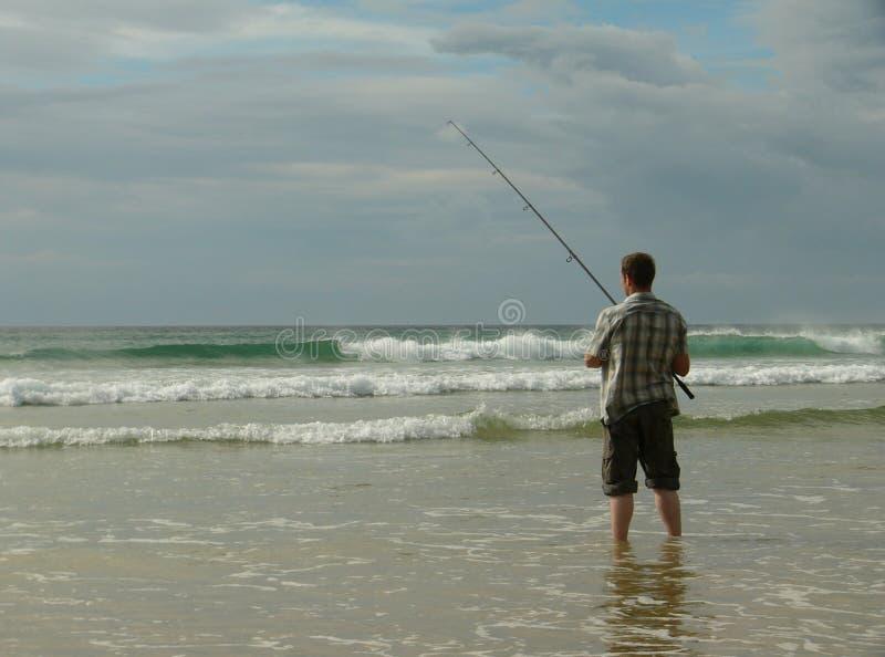 Pesca de mar na praia imagem de stock