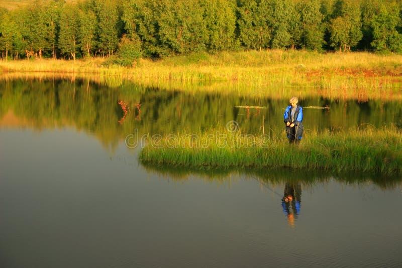 Pesca de mosca de la tarde imagenes de archivo