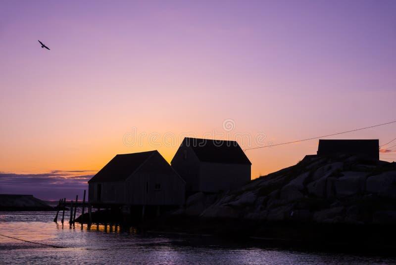 A pesca de Nova Scotia derrama no por do sol com gaivota do voo imagens de stock royalty free