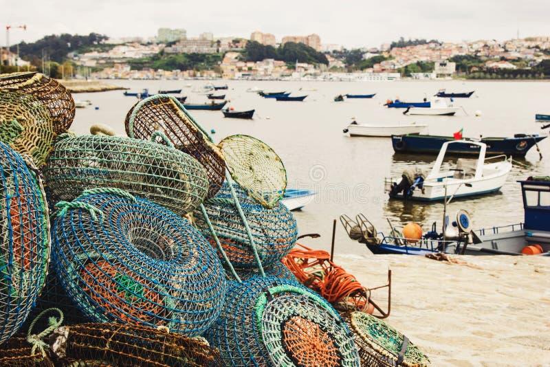 Pesca de trampas y de los barcos anclados en Oporto foto de archivo