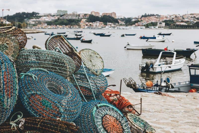 Pesca de trampas y de los barcos anclados en Oporto fotos de archivo