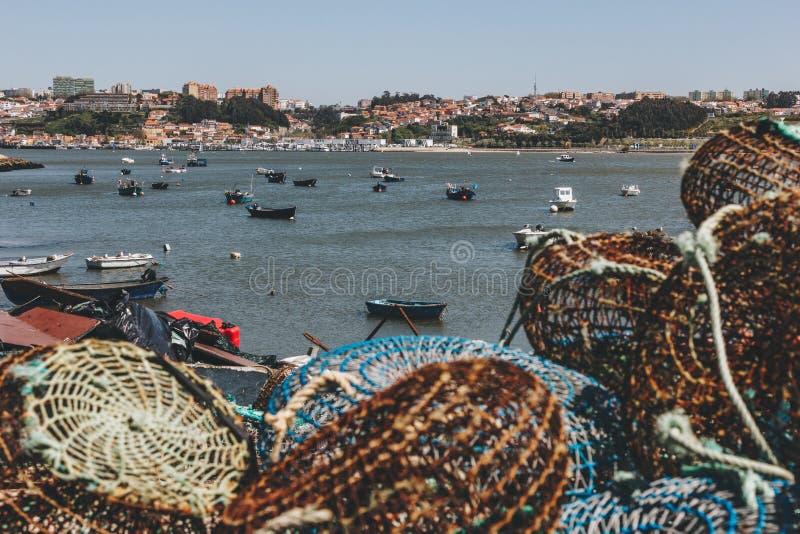 Pesca de trampas y de los barcos anclados en Oporto fotos de archivo libres de regalías