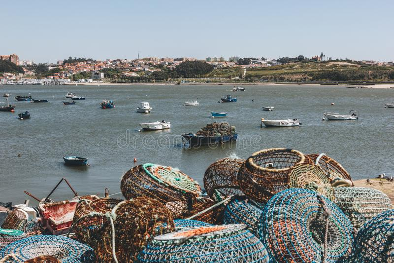 Pesca de trampas y de los barcos anclados en Oporto imagen de archivo libre de regalías