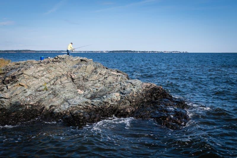 Pesca de um penhasco no Oceano Atlântico fotografia de stock