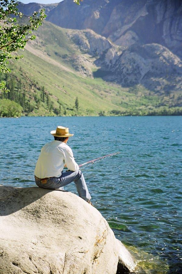 Pesca de un más viejo hombre en el lago Convict foto de archivo libre de regalías