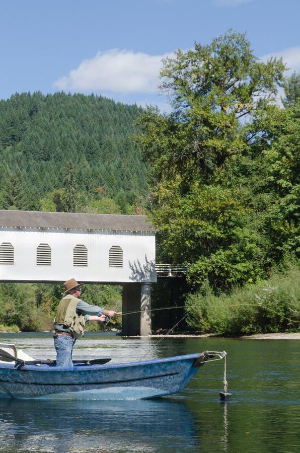 Pesca debajo del puente fotografía de archivo libre de regalías