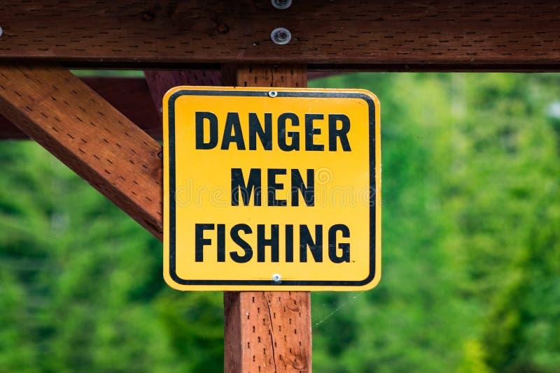 Pesca degli uomini del pericolo fotografie stock