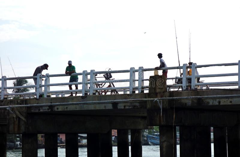 Pesca dei ragazzi di un bacino con la bicicletta fotografia stock