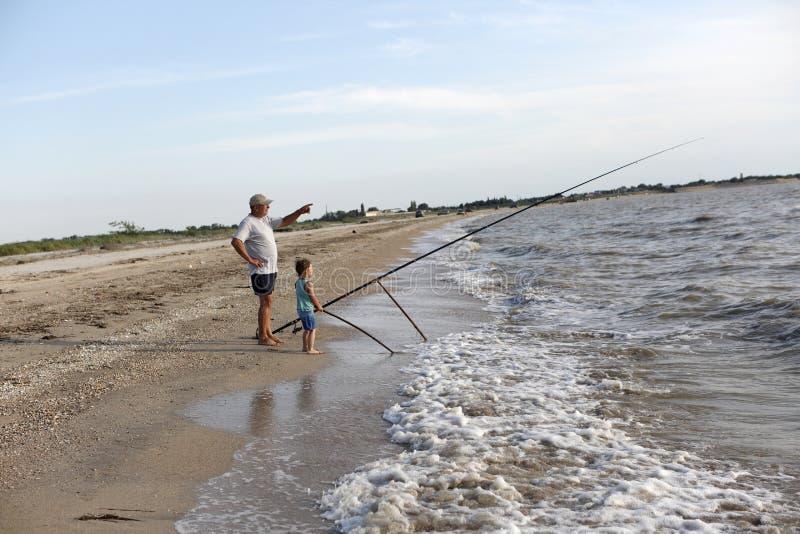 Pesca del abuelo y del nieto imagen de archivo libre de regalías