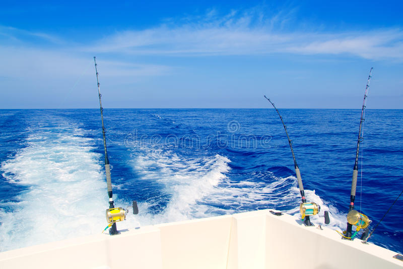 Pesca del barco que pesca con cebo de cuchara en el mar azul profundo imagen de archivo